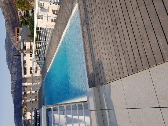 Podstrana, Croatia: Piscine sur le toit très sympa de 15m de long environ. Transat sur la plage en supplément de 150