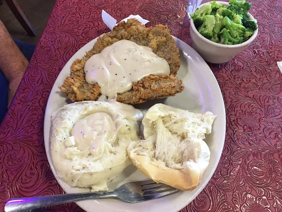 Denton, Техас: Half order of Chicken Fried Steak with mashed potatoes and a side of broccoli