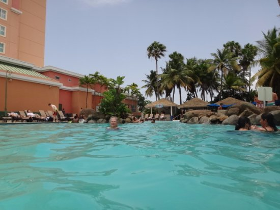 Embassy Suites by Hilton San Juan Hotel & Casino : The beautiful pool.