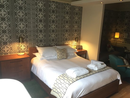 Ruthin, UK: Suite with in-room bath