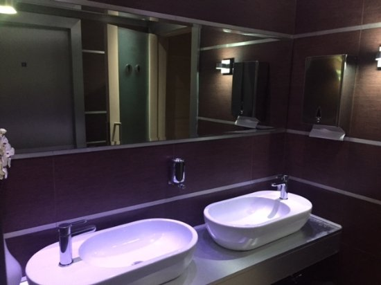 Roma riparare una toilette appenderci un quadro e farne un