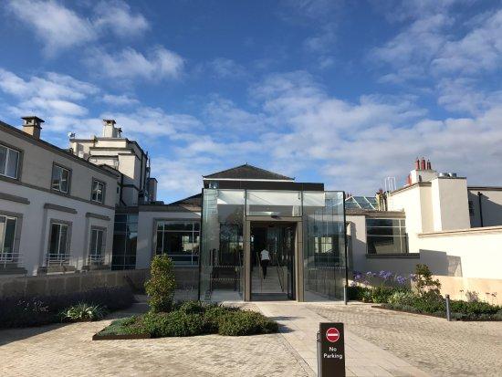 Portmarnock, Irlanda: The entrance to the hotel