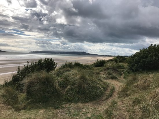 Portmarnock, Irlanda: A view from the dunes next to the hotel overlooking the sandy beach