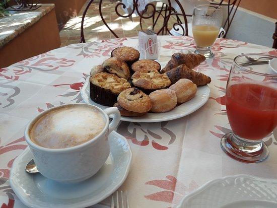 Pedaso, Italy: I dolcetti per la colazione