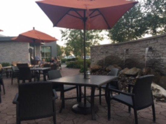 ลาทรอป, เพนซิลเวเนีย: Lovely patio to eat breakfast or for happy hour.