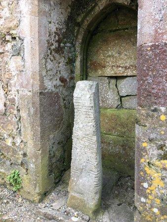 Ardmore, أيرلندا: Ardmore Cathedral. Для обеспечения безопасности в Соборе содержатся два камня Огам