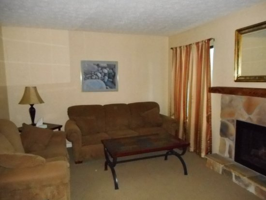Lakeview Golf Resort and Spa: Livingroom Pulls out into bed, wide screen TV wifi,.