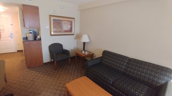 Holiday Inn Hotel & Conference Center: Living Room area with Coffee station