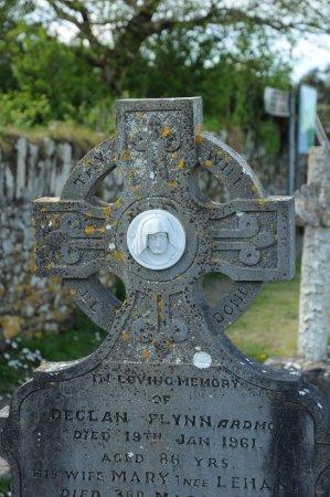 кладбище возле руин Ardmore Cathedral
