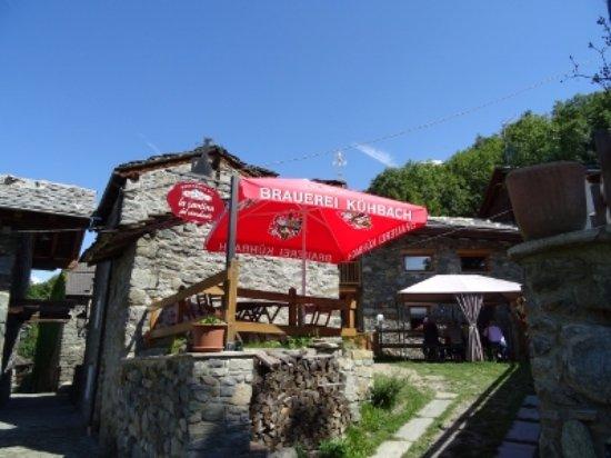 Saint-Marcel, Italien: Esterno con tavoli all'aperto