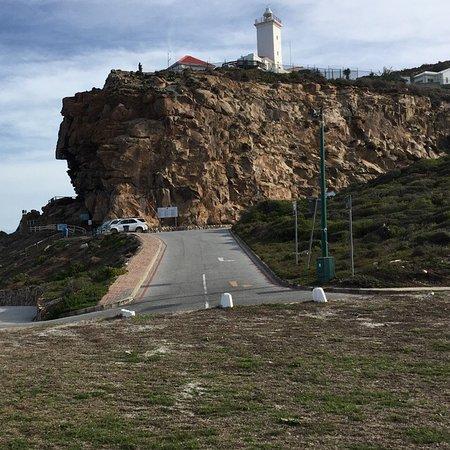 Mossel Bay, Sudáfrica: منظر للمنارة من اسفل ..
