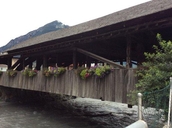 Martigny, สวิตเซอร์แลนด์: 橋の外観。お花が飾られて可愛らしい