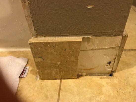 Dallas Marriott Suites Medical/Market Center: Missing cove base in bathroom