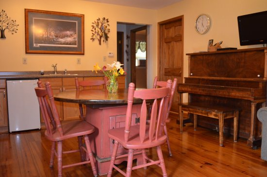 Richmond, IL: Dining area in the gathering room