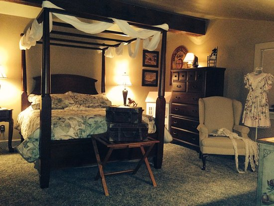 Bemus Point, NY: The Grand Kids: This charming room & spacious bathroom was often occupied by our 9 little darlin