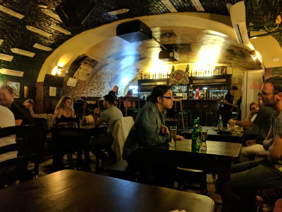 Deane's Irish Pub And Grill: As a Belfast man in Brasov love this pub and the story behind it.