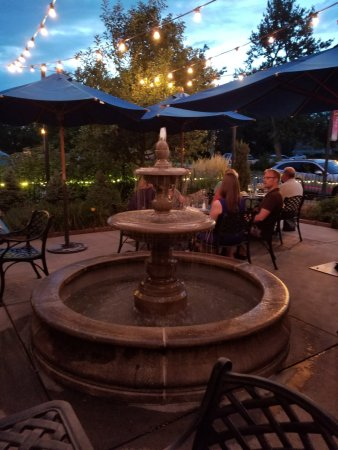 Wheat Ridge, Κολοράντο: Outdoor patio area has a lovely fountain.