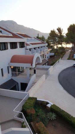 Widok z balkonu na dole w pokoju Suita junior ii wejście główne do hotelu od strony parkingu