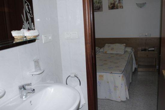 Meano, Spain: Habitaciones sencillas con su baño propio