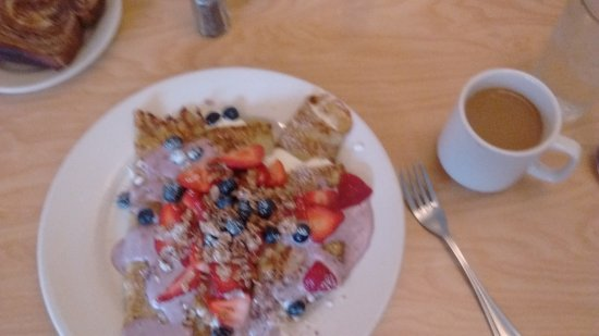Franklin, Висконсин: Three large cheese filled blintz with strawberry and blueberry