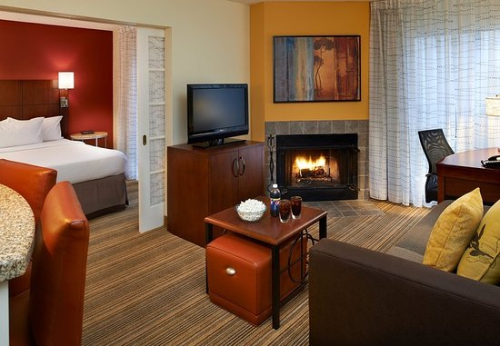Warren, MI: One-Bedroom Suite with Fireplace