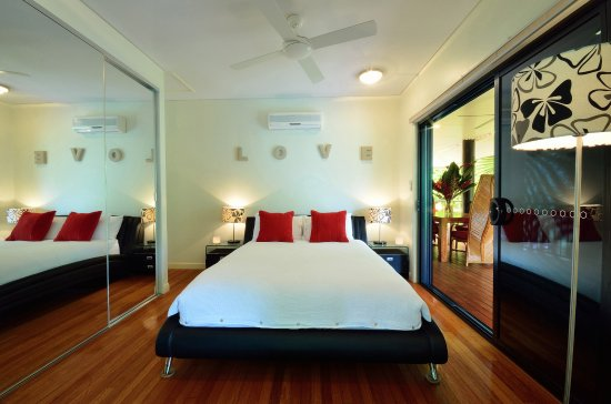 Misty Mountains Tropical Rainforest Retreat: plush queensize bedroom at the Blue Lagoon Villa