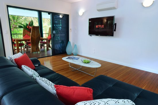 Bellenden Ker, Australia: Blue Lagoon Villa leather lounge, smart TV Wifi