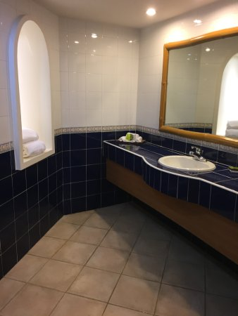 Gamboa Rainforest Resort: Large tiled bathroom