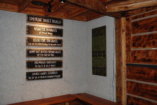 Montana's: Waiting area