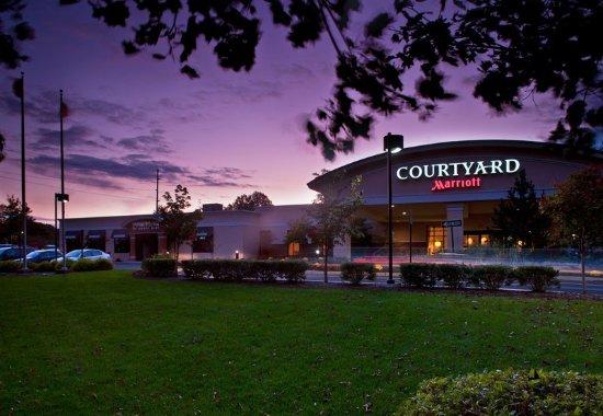 Courtyard Montvale: Exterior