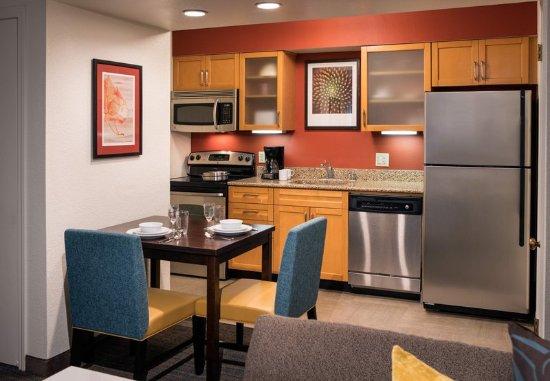 Аркадия, Калифорния: Studio Suite Kitchen