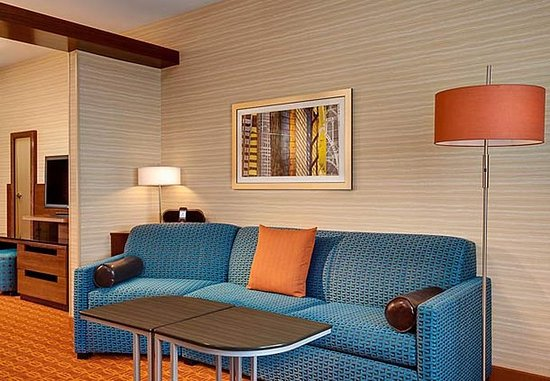 Hutchinson, KS: King Suite Seating Area