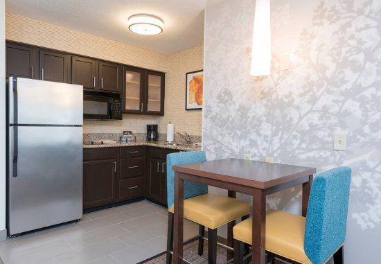 Grandville, MI: One-Bedroom Queen Suite - Kitchen