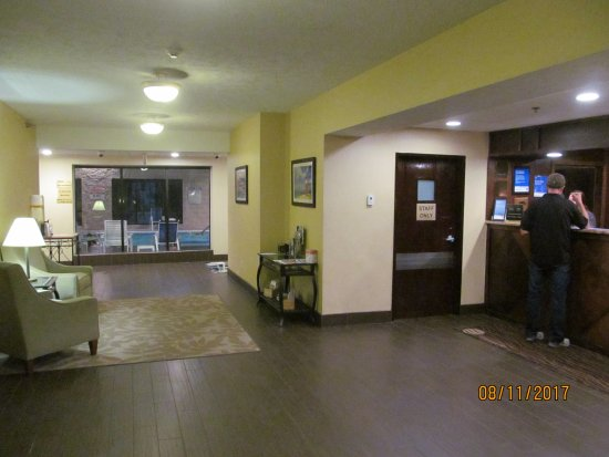 Whitehall, MI: Front lobby area (you can barely see the pool in the background).
