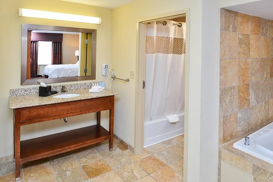 Yorkville, IL: King Deluxe Bathroom