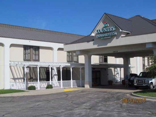 Country Inn & Suites by Radisson, Saginaw, MI: A closer view of the front entrance.