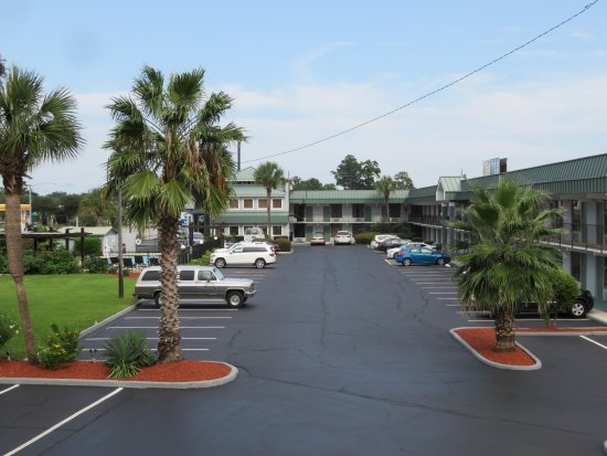 Best Western Central Inn: Lots of parking and pretty landscaping