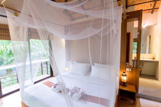 คลองศก, ไทย: King Deluxe room: king size bed, a/c, private bathroom, balcony, mosquito nets.