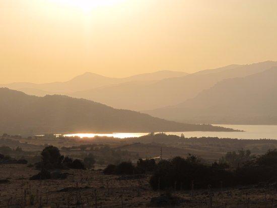Colmenar Viejo, España: Embalse de Santillana con la sierra de Guadarrama al fondo.