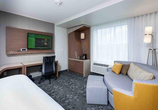 Littleton, MA: Guest Room Sitting Area