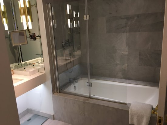 Park Hyatt Toronto: bathroom with leaky glass partition