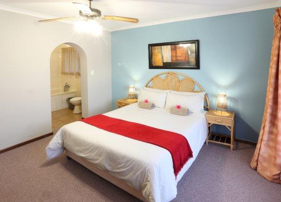Sedgefield, Южная Африка: Master bedroom with en-suite bathroom