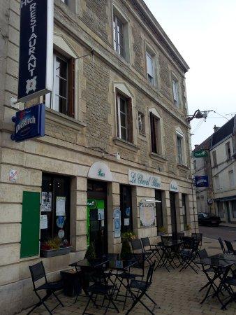 Nogent, France : Façade Le Cheval Blanc