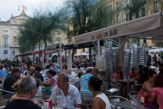 Descubre Nuestra Terraza En La Plaza Más Turística De
