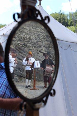 La Roche-en-Ardenne, Belçika: Middeleeuws feest tijdens het bezoek aan het kasteel