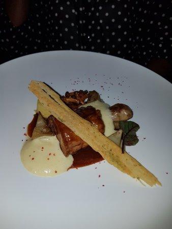 Chardonne, สวิตเซอร์แลนด์: Mignon pata negra Iberique en cuisson lente et espuma béarnaise, artichauts, pomme de terre B yr