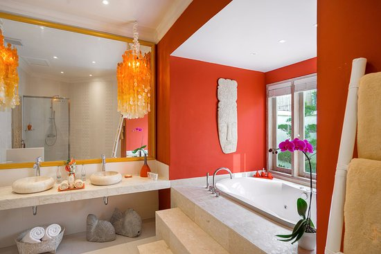 4S Villas at Seminyak Square: Villa Sun - Master bedroom with Spa Bath
