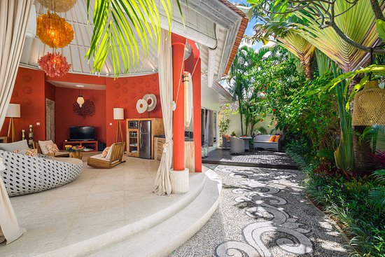 4S Villas at Seminyak Square: Villa sun - The lounge and the garden with BBQ deck