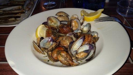 Sainte-Marie-la-Mer, Франция: plat de palourdes avec ail et persil