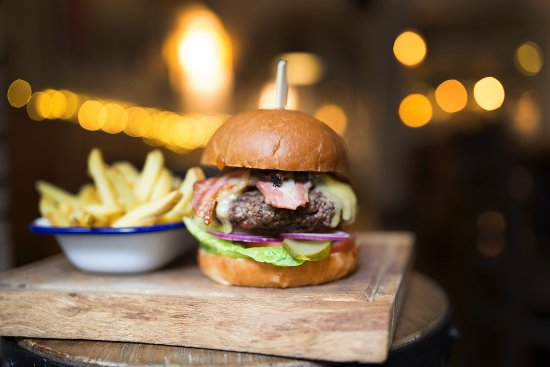 Black Lion: Burger with bacon and cheese